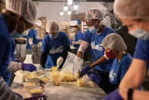 Linkee benevoles preparent des repas