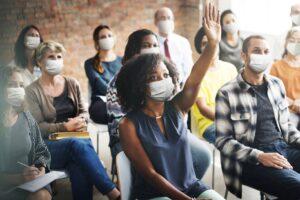 groupe en reunion avec masques