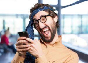 homme fou avec son smartphone