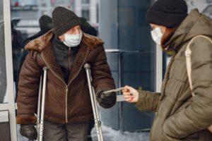 sans abri froid recoit une aide