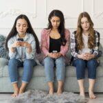 jeunes filles sur leur smartphone